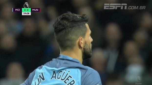 Defesa do United afasta mal, Aguero pega a sobra e manda por cima do gol