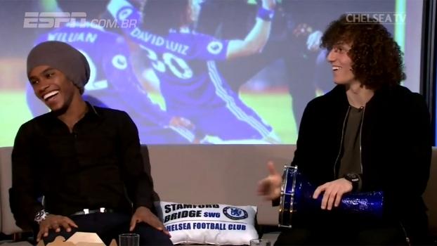 Willian e David Luiz se divertem com batuque e 'sósia' em programa de TV
