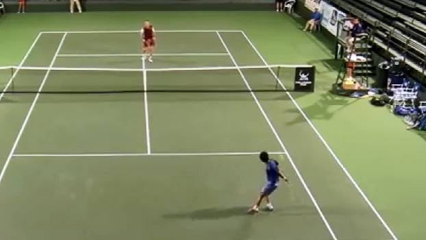 b6f66d3d4 Nos EUA, tenista japonês marca ponto absurdo com a raquete por trás das  costas