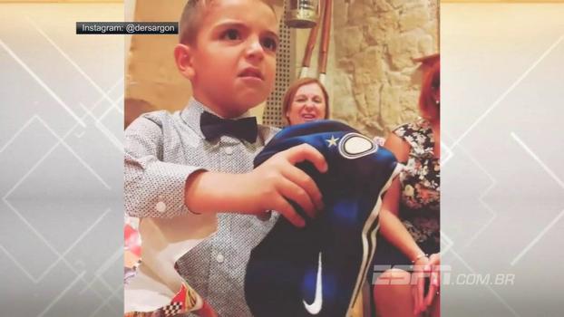 Pequeno torcedor da Juventus tem reação impagável ao receber camisa da Inter de presente
