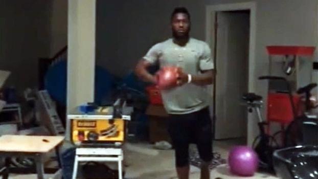 Antonio Brown, dos Steelers, aparece realizando recepções enquanto se equilibra