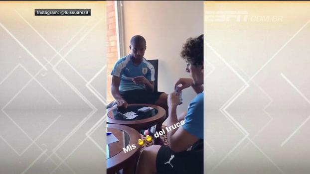 Truco! Suárez aproveita tempo livre na Seleção Uruguaia para jogar cartas com companheiros