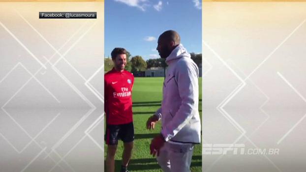 Lenda da NBA, Kobe Bryant visita treino do PSG e faz embaixadinhas