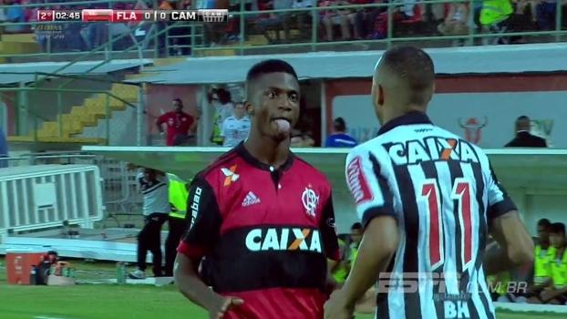 Tempo real: Jogador do Flamengo dá 'pedala' na nuca de rival atleticano e provoca