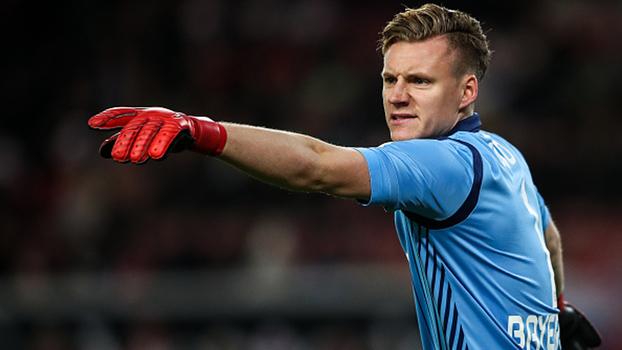Intransponível: Bernd Leno pega tudo contra o Stuttgart, garante vitória do Leverkusen e é exaltado por Rogério Vaughan