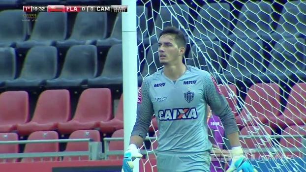 Tempo real: Goleiro do Atlético, Cleiton faz bela defesa após ser surpreendido por cobertura
