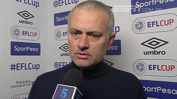 Mourinho desconversa sobre pênalti do Hull City: 'Consegui terminar o jogo sem ser expulso'