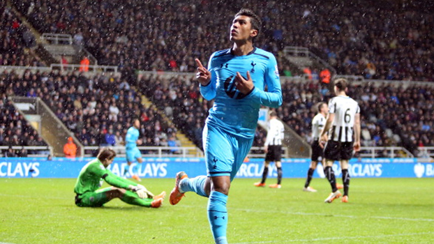 Paulinho e Adebayor decidiram na goleada no Tottenham sobre o Newcastle em 2014