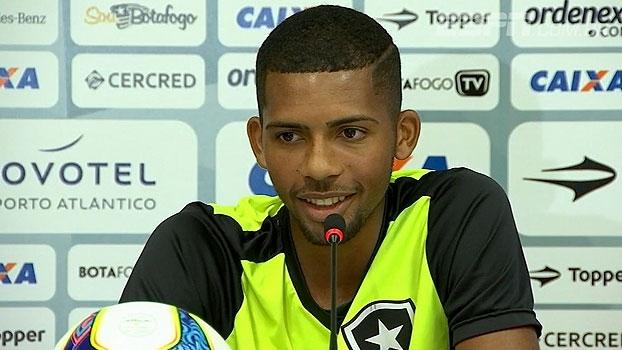 Esbanjando carisma, volante do Botafogo promete 'foco total' no clássico: 'É final, filho'