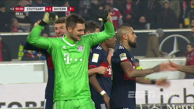 Goleiro defende pênalti marcado por árbitro de vídeo nos acréscimos e garante vitória do Bayern; veja o lance