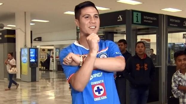 Cristaldo chega à Cidade do México e veste a camisa do Cruz Azul; veja