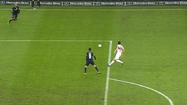 No fim do jogo, zaga do Hertha deixa a bola 'de presente' e sela própria derrota