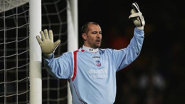 Ele tem 41 anos, já brilhou na Premier League e hoje defende o clube que o revelou