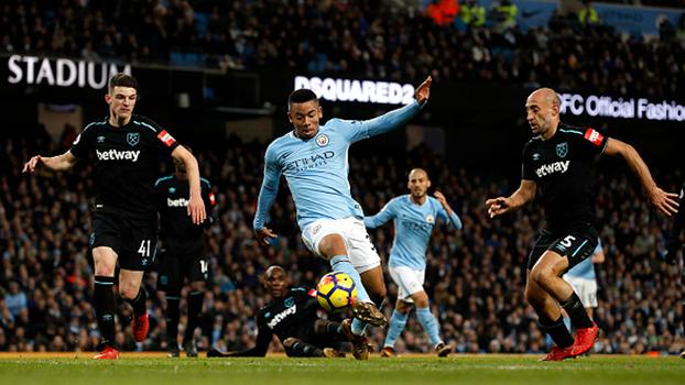 Caneta humilhante, assistência e quase gol: Jesus entrou no 2º tempo e ajudou na virada do City sobre o West Ham