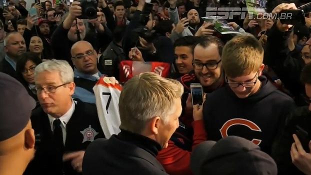 QUE FESTA! Schweinsteiger é recebido por vários fãs em sua chegada em Chicago