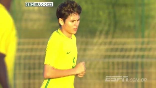 Tempo real: Kazu arrisca de fora da área, e a bola passa perto do gol