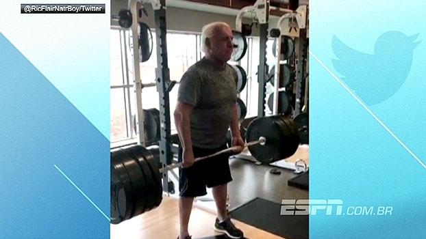 Aos 67 anos, ex-astro do WWE levanta quase 200kg em academia