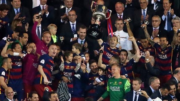 Iniesta recebe troféu das mãos de rei e jogadores do Barcelona comemoram com familiares