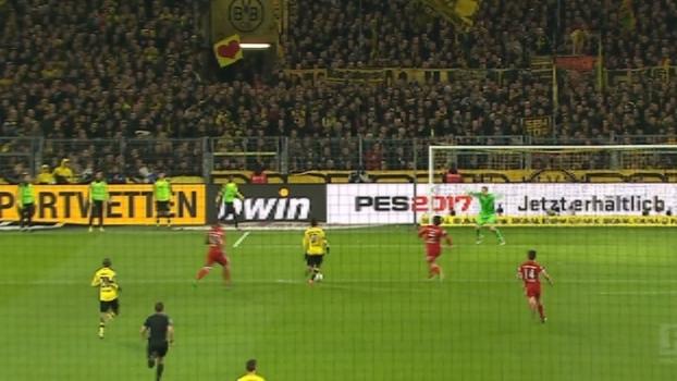 Xabi Alonso entrega bola para Aubameyang, mas o atacante chuta em cima de Neuer
