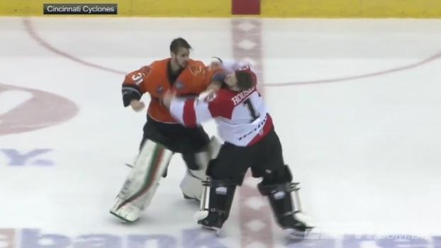 Na ECHL, briga de goleiros de hóquei termina com nocaute no primeiro soco