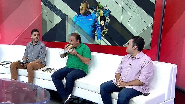 Alê e Bertozzi se inspiram em goleiro comilão e 'matam' torta durante o programa