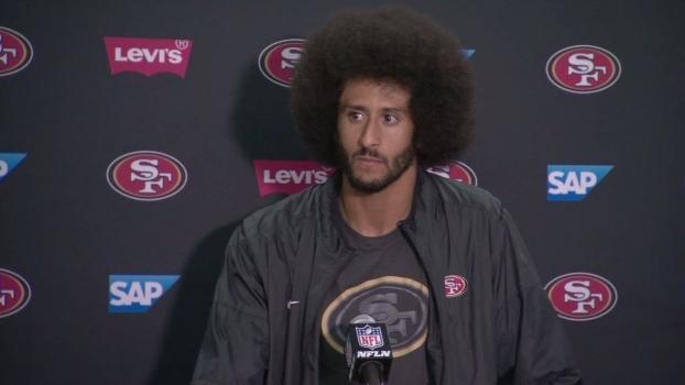 Após se ajoelhar durante hino, Kaepernick explica novo protesto: 'Temos muitos problemas nesse país'
