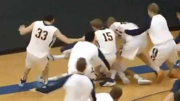 No basquete universitário, jogador erra lance-livre de propósito, faz de 3 e vence a partida