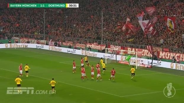 Guerreiro cobra falta e a bola passa por cima do gol de Neuer