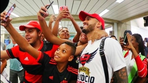 Veja as imagens do desembarque do volante Rômulo no Rio de Janeiro