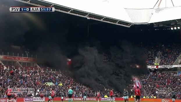Tudo preto! Torcedores acendem sinalizadores e paralisam partida entre PSV e Ajax