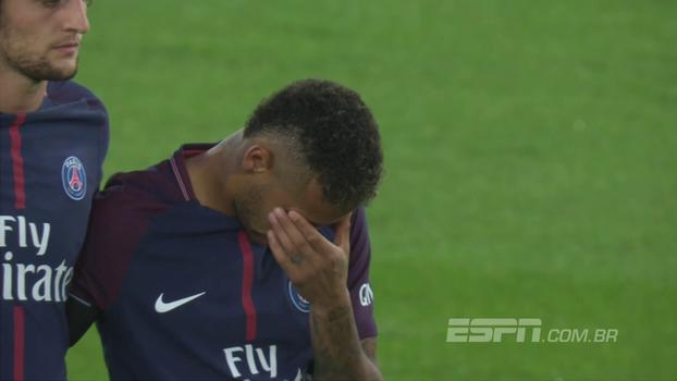 Neymar se emociona em minuto de silêncio prestado em homenagem ao atentado em Barcelona, sua ex-cidade