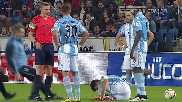 Que lambança! Médico do Munique 1860 escorrega e dá 'carrinho' em jogador lesionado