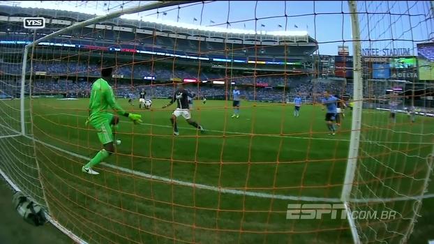 MLS: Goleiro se assusta com a bola e toma frango bizarro, mas David Villa marca e New York City vence
