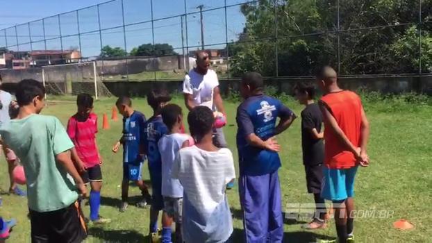 Ídolo do Sevilla, Kanouté visita comunidade em Vitória-ES e bate bola com crianças