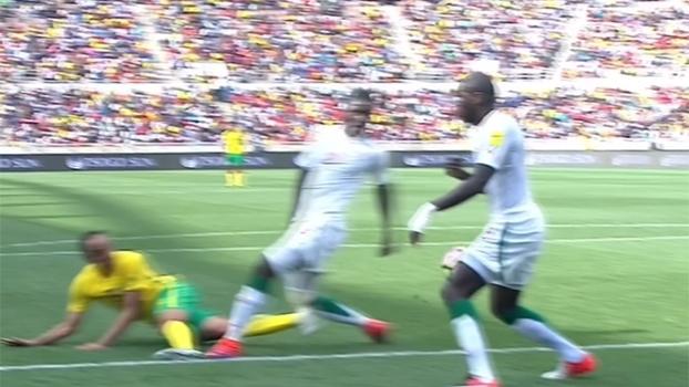 Escândalo! Pênalti absurdo coloca África do Sul na frente diante de Senegal