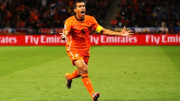 Arte pela Holanda, gol pelo Barça... Veja clipe de Bronckhorst, agora técnico e prestes a quebrar tabu de 18 anos