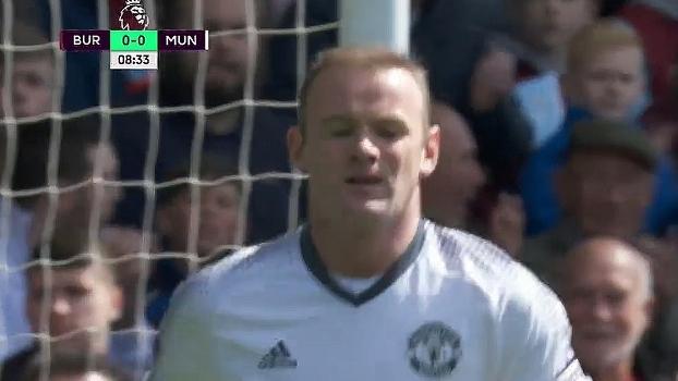 Susto para gol do Burnley! Rooney pega sobra na pequena área, tenta finalização, mas Tom Heaton defe
