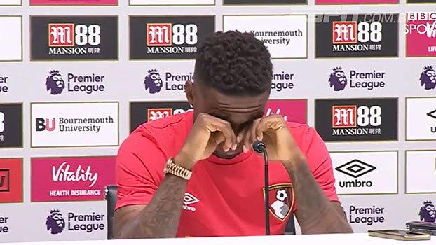 Jermain Defoe não segura o choro e vai às lágrimas após morte de garotinho 'xodó' do Sunderland