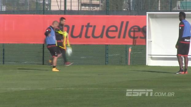 E o controle de bola? Veja o 'altinho' entre Balotelli e Sneijder em treino do Nice