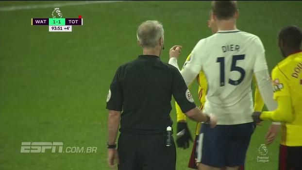 Richarlison cruza, Dier corta com o braço, e árbitro manda seguir no último lance de Watford x Tottenham