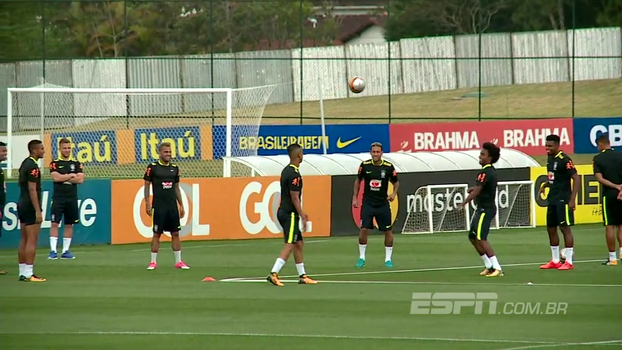 Jorge deixa a bola cair em altinha e leva petelecos durante treino da seleção