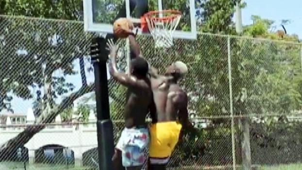 Pogba e Lukaku travam 1x1 no basquete, e meio-campista dá 'tocaço' à la LeBron no atacante
