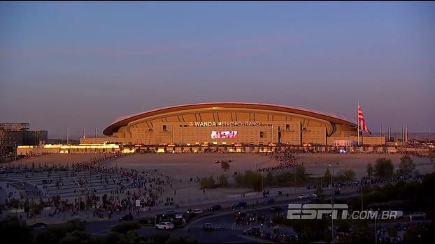 Com infinitas bandeiras, veja o Atlético de Madrid entrando em campo pela primeira vez em seu novo estádio