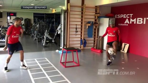Futmesa improvisado entretém Neymar e Daniel Alves em academia do PSG