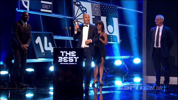Zidane recebe o prêmio de melhor treinador da temporada pela Fifa