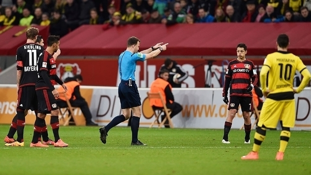 Após técnico do Leverkusen se recusar a sair do campo, árbitro da partida deixa o gramado