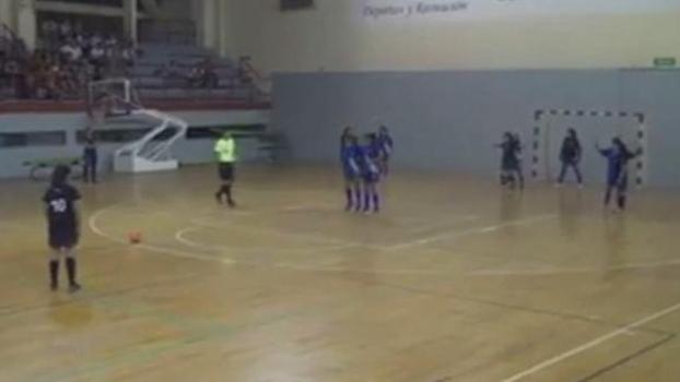 Garota de 12 anos anota golaço em partida de futsal na Argentina