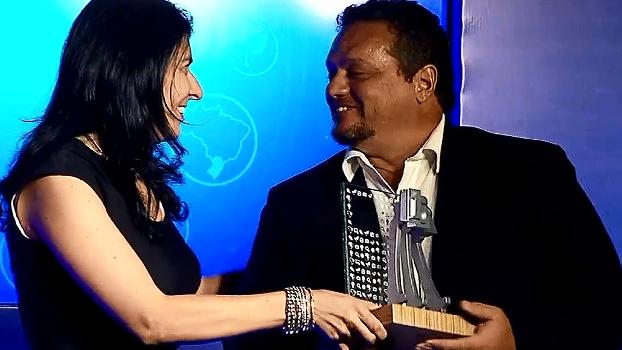 Lúcio de Castro recebe prêmio de jornalismo pelo 'Dossiê Vôlei'; veja