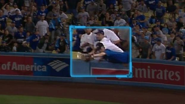 Na MLB, torcedor dos Dodgers 'invade' campo para pegar bola e é obrigado a se retirar