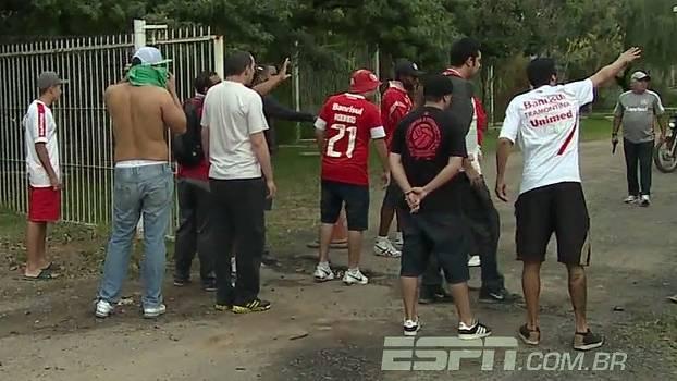 Segurança armado impede torcedores do Inter de invadirem CT
